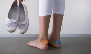 Что можно сделать когда обувь натирает пятки 👞