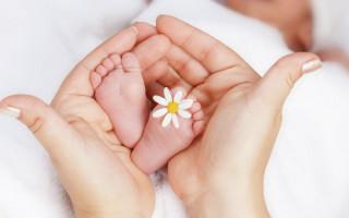 Почему потеют пятки у грудничков. Основные причины потливости пяток у новорожденных